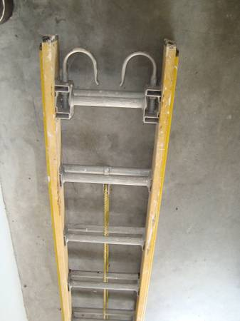 Photo ROOFERS YELLOW FIBERGLASS EXTENSION LADDER 12 FT TO 24FT. - $150 (Summerfield)