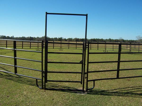Photo 12 ft CORRAL HORSE Round Pen PANELS CattleCow - $75 (DeFuniak Springs)