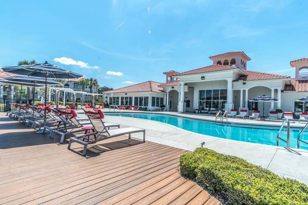 Photo Resort Style Swimming Pool, 24hour Health Club, Handicap Accessible