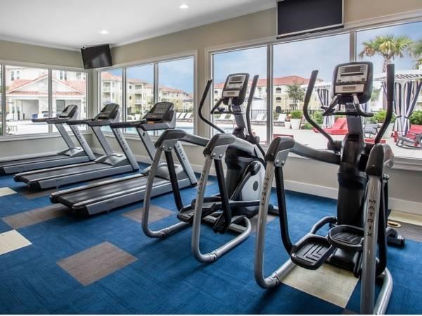 Photo Resort Style Swimming Pool, 24hour Health Club, Walk-in Closets
