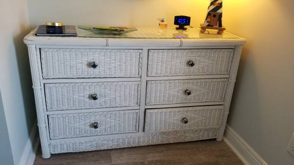Photo White wicker chest with glass top - $150 (Miramar Beach)