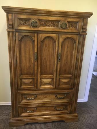 Photo 4-pc real wood Queen bedroom set - $300 (Port Ludlow)