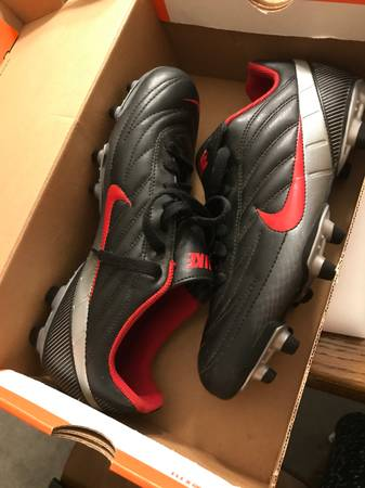 Photo BRAND NEW IN BOX Nike Womens Cleats Size 8 Black, Grey and red - $85 (Quilcene)