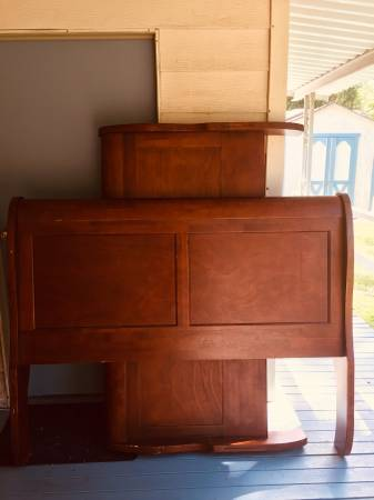 Photo Wooden sleigh bed (Queen) - $300 (AgnewPort Angeles)