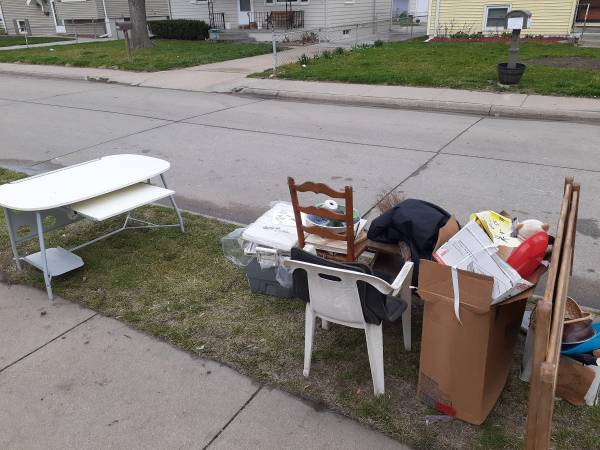 Photo More stuff coming out of the garage to the curb for free (Council Bluffs)