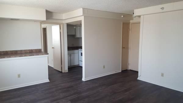 Photo NO RENT 39TIL NOVEMBER-studio  1 bedrooms (Westbrook Tower Apartments 2121 Douglas Street Omaha, NE)