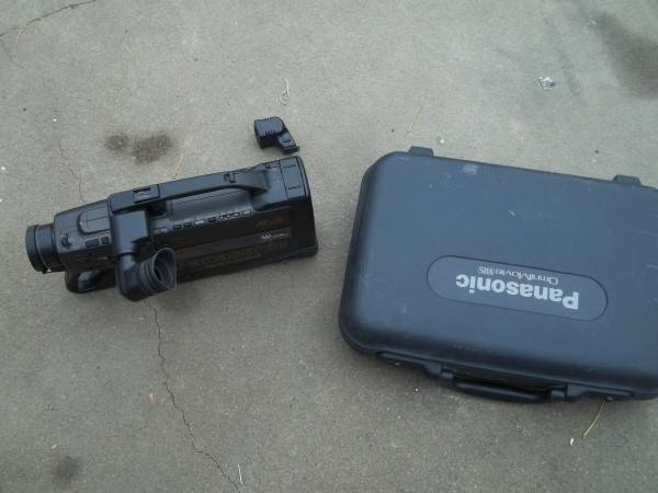 Photo old school video camera that goes over shoulder with case car stereo - $40 (bellevue)