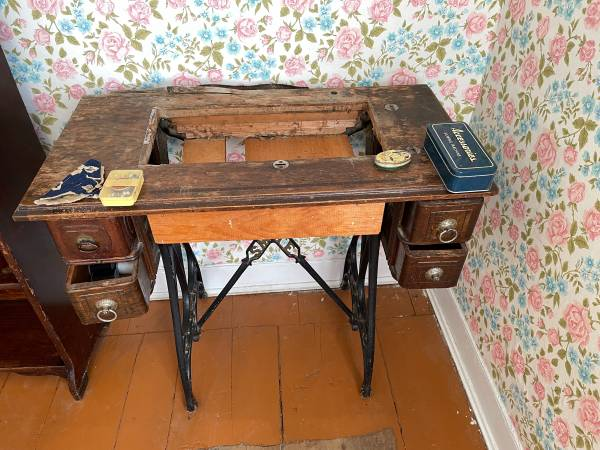 Photo Antique dressers and tables - $10 (Middlefield)