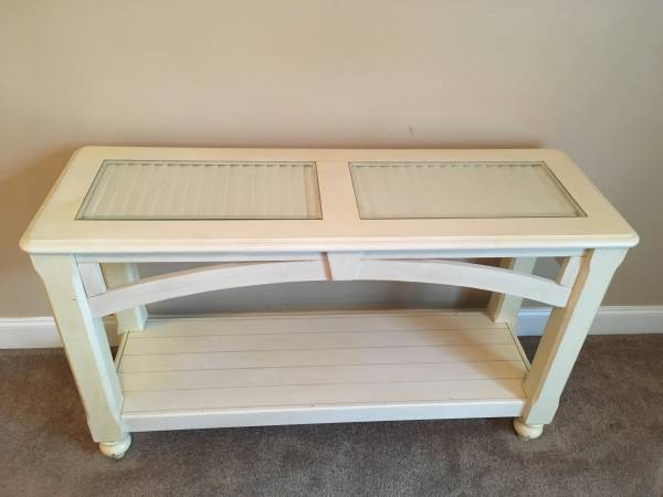 Photo Moving so Hurry-tall display table - $60 (Sea Level)