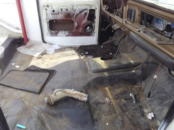 Photo 79 Ford Bronco fuel filler neck