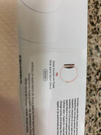 Photo Apple Watch SE LTE 40mm, Gold Aluminum Case With Sports Band - $270 (Garden Grove)
