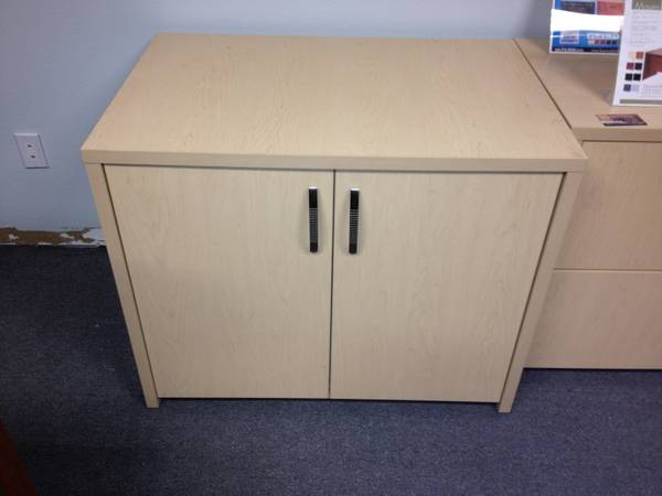 Photo MAPLE LAMINATE 2 DOOR STORAGE CABINET WITH MODERN SILVER HANDLES - $199 (Whittier)