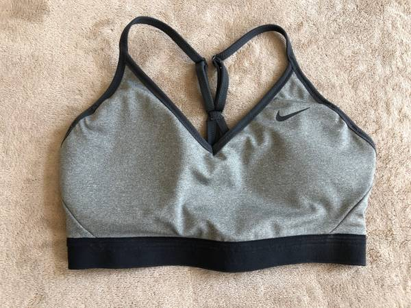 Photo Nike womens gray  black sports bra size small like new - $20 (RANCHO SANTA MARGARITA)