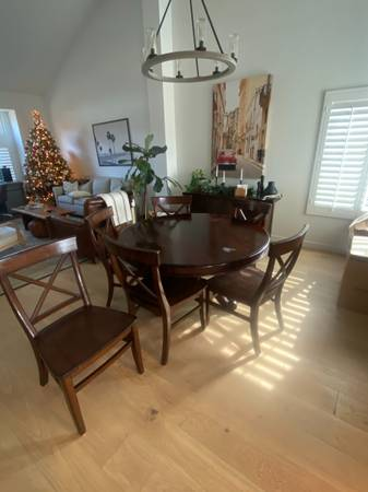 Photo Pottery barn finding table and 6 chairs - $400 (Dana Point)