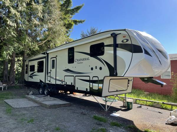 Photo 2017 Coachmen Chaparral 390QSMB Great starter or vacation home thats portable - $39,995 (Lincoln City, OR)