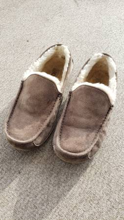 Photo Mens UGG Ascot Slippers - Sz.9, Grey - $30 (Lincoln City)