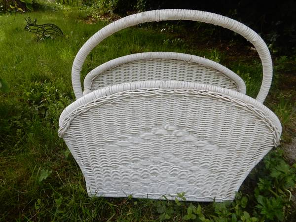 Photo Nice white wicker book or magazine rack great condition - $7 (Coos Bay)