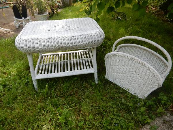 Photo Nice white wicker table and magazine rack great condition - $25 (Coos Bay)