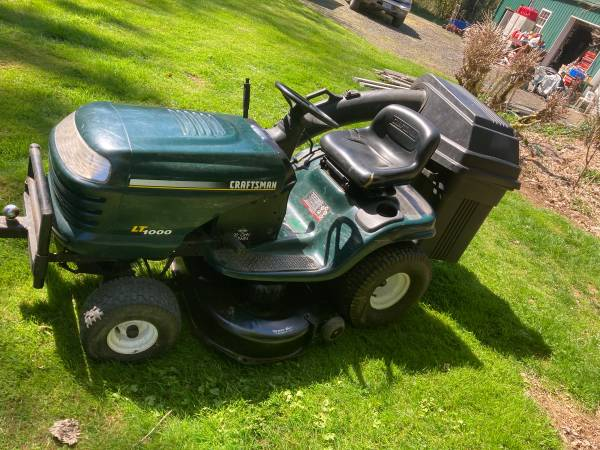 Photo Sears riding lawnmower 42 inches with grass catcher - $490 (Otis)