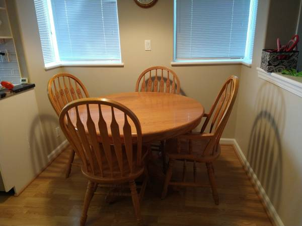 Photo Solid Oak Dining Table  Chairs - $400 (Lincoln City)