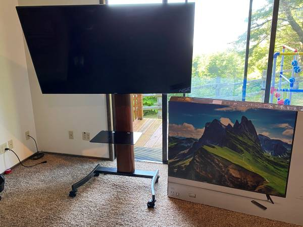 Photo VIZIO D-Series 65 4K HDR Smart TV with presentation stand - $600 (Eugene)