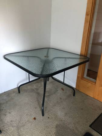 Photo glass top patio table 40quot square (Lincoln City)