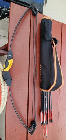 Photo youth bow, arrows, and accessories - $50 (North Bend)