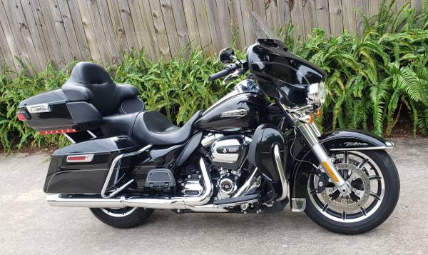 Photo 2017 Harley Ultra Classic with 2500 miles - $18,500 (Cocoa)