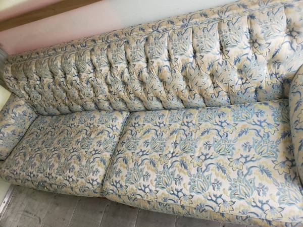 Photo Antique Victorian style traditional couch with carved wood atomic legs - $250 (Altamonte Springs)