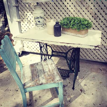 Photo Farmhouse shabby chic writing desk accent table antique sewing machine - $200 (windermere)