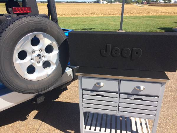 Photo New Custom Jeep subwoofer box with 12 sub - $300 (HaubstadtEvansville)
