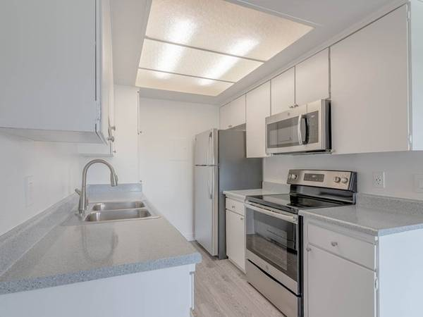 Photo Amazingly Spacious Fully Renovated Studio Move In Now (311 S. Sunrise Way, Palm Springs, CA)