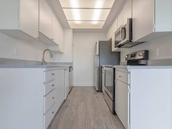 Photo First Floor Gorgeous Studio Move In ASAP Skip Deposit Great Kitchen (311 S. Sunrise Way, Palm Springs, CA)
