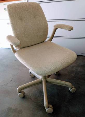 Photo Four Office Chairs. Commercial Grade By Steel Case Inc. - $20 (Desert Hot Springs)