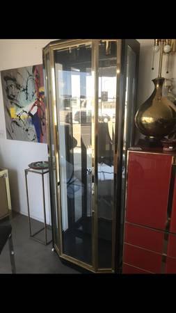 Photo Mid Century HENREDON Brass Glass Lighted Display Cabinet Vitrine - $600 (Palm Springs)