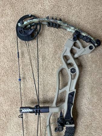Photo Hoyt Carbon Defiant 2870 compound bow - $650
