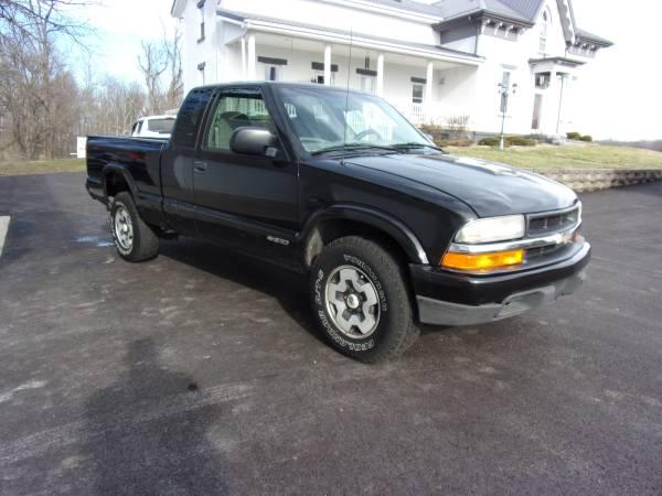 Photo 1999 S10 4X4 LOW MILES RUST ROT FREE - $2899 (Oak Hill)