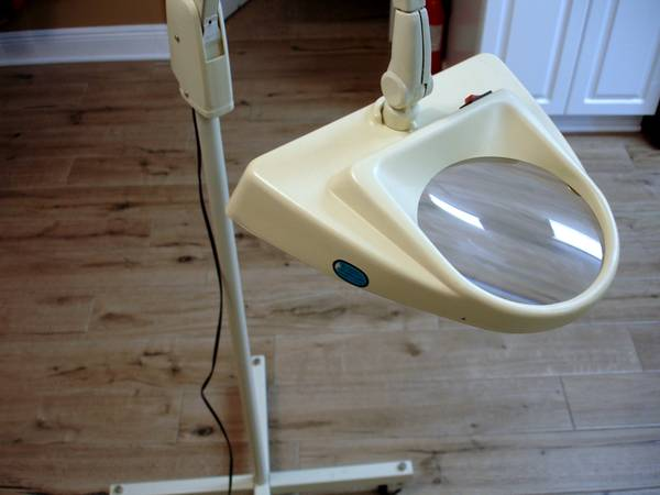 Photo Beauty Salon Nails Craft Light Magnifier Mobile Wheeled Floor Stand - $350 (Pensacola)