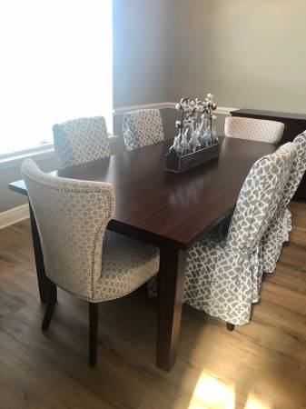 Photo Pier 1 table w 4 chairs and buffet - $450 (Tiger Point)