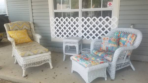 Photo White Wicker Patio Furniture - $200 (Sun Dial Estates)