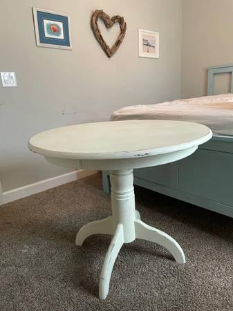 Photo white round table - $50 (Milton)