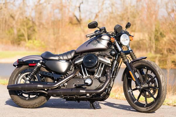 Photo 2017 Harley-Davidson 883 Sportster Iron XL883N Only 5,807 Miles - $7,995 (Zieglerville)
