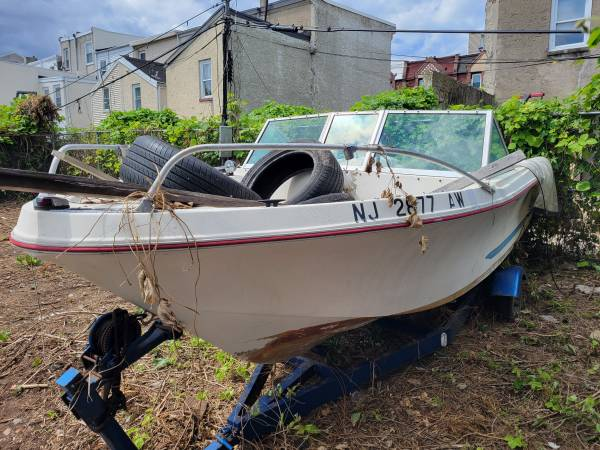 Photo Boat needs to go make me an offer it39s an project boat (Philadelphia pa)