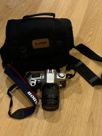 Photo Canon EOS Rebel G SLR film camera, 28-80mm zoom lens and camera bag - $60 (Thorndale)