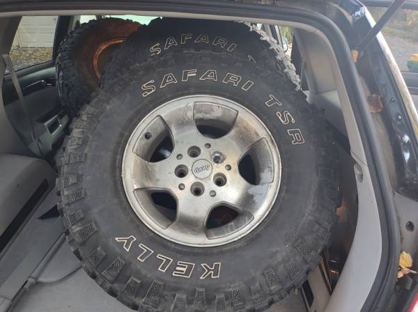 JEEP WHEELS AND Tires. 31x10.50x15 - $250 (Feasterville Trevose)