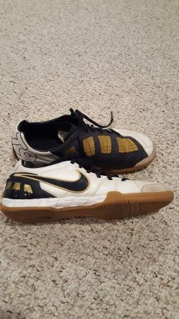 Photo Nike Indoor soccer mens size 7.5 - $5 (Spring City)