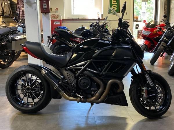 Photo )) 2011 Ducati Diavel Carbon (( - $8,999 (phila)