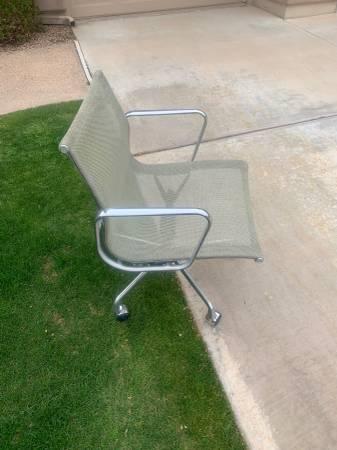 Photo Herman Miller eames high end chair - $200 (Tempe)