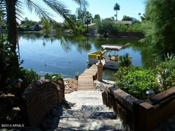 Photo Luxury lakefront with pantoon boat and a mile of golf course all in y (Scottsdale rd and diubletree)