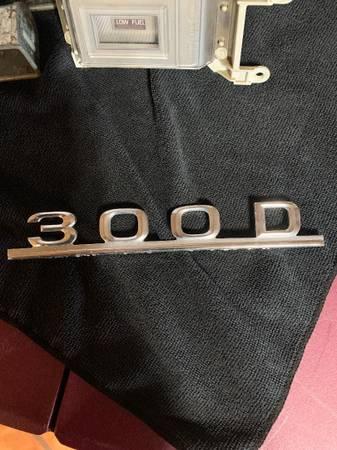 Photo Mercedes 300 D Emblem - $10 (gold canyon)